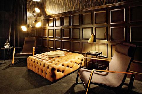 Кресло и диван в офисе