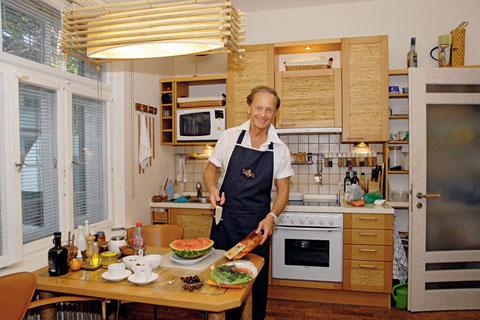 Михаил Задорнов на кухне