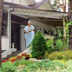 Михаил Задорнов на крыльце загородного дома