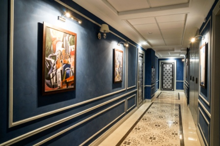 Межкванртирные холлы превратились в картинные галереи