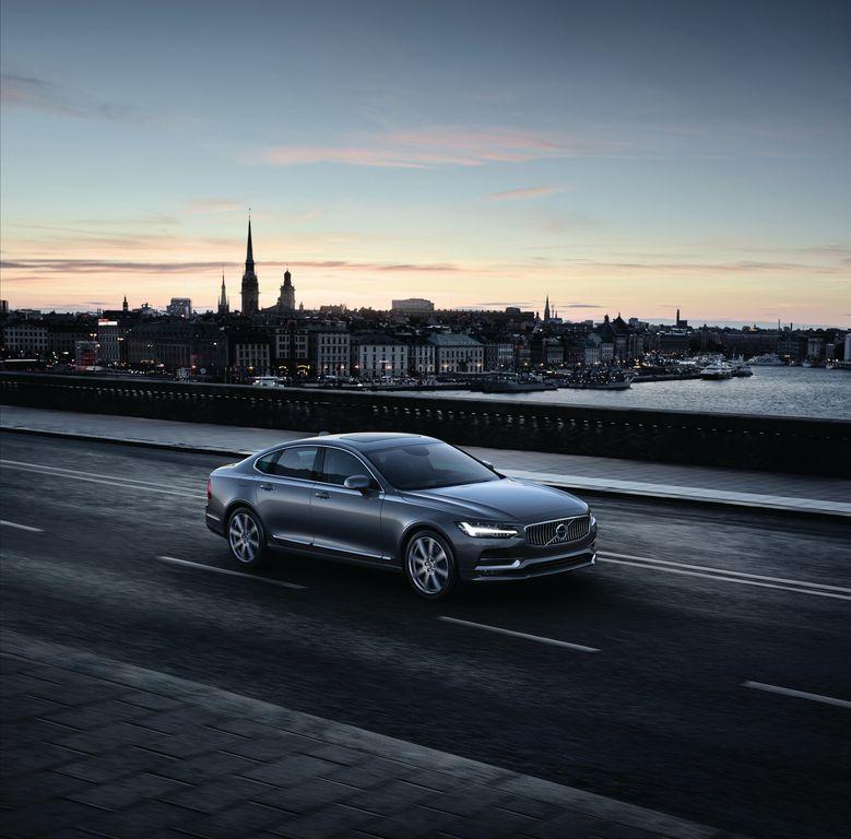 170196 Location Front Quarter Volvo S90 Osmium Grey